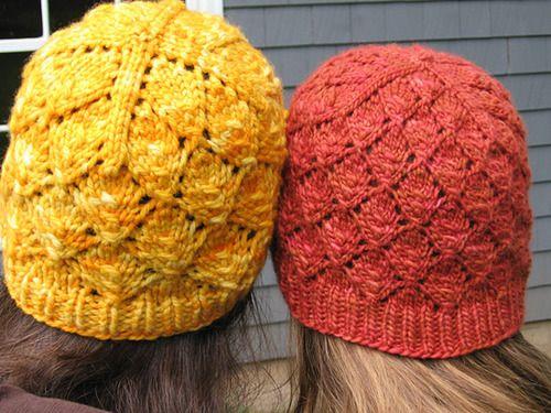 hatte med bladmønster