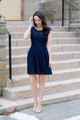 Vestido azul marino y zapatos cafes