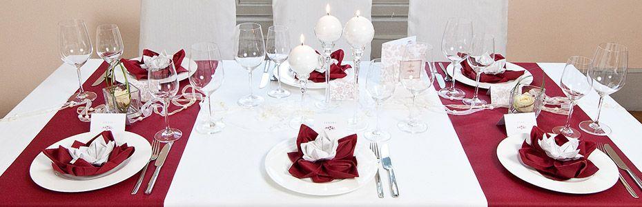 Diese festliche Hochzeitstafel spielt mit Wei Creme