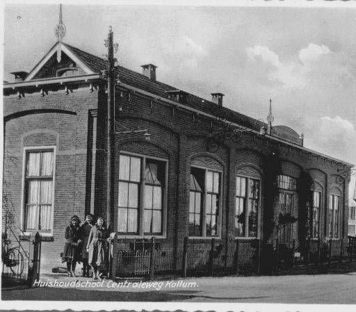 De huishoudschool was vanaf 1921 gevestigd in het pand van de voormalige Electrische Centrale aan de Eyso de Wendtstraat. Later werd er een nieuw schoolgebouw neergezet. Tegenwoordig staan hier nieuwbouwappartementen op de hoek met de Johannes Bogermanstraat