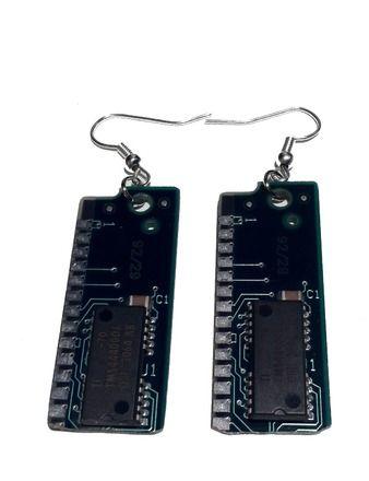 Idéal pour look geek, indus, cyber punk, steampunk.  Boucles d'oreilles identiques.  Longueur : 2.5 cm  Collier disponible sur la boutique. Parure complète à prix réduit - 10152983