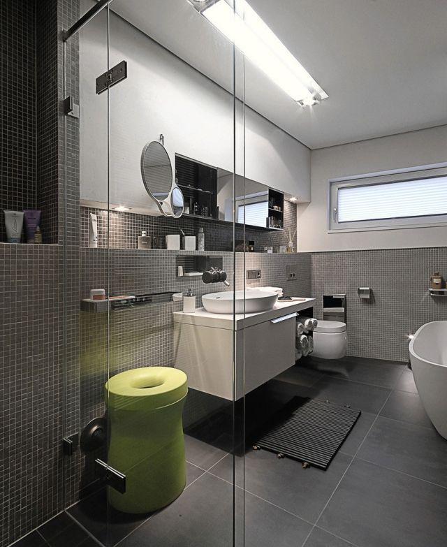 badezimmer-graue-wand-mosaik-fliesen-wand-waschtisch-unterschrank - badezimmer waschtisch mit unterschrank