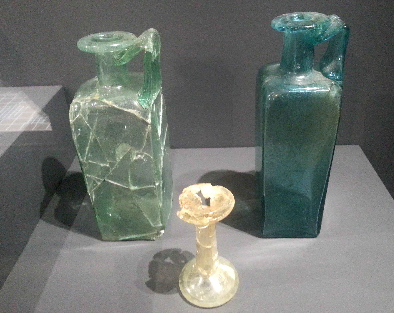 Enschede - Museum Twentse Welle. Glaswerk uit Brabant, 225/250 jr. na Chr. Voorwerpen uit graf V in Esch.   Sierglaswerk behorend tot een welgesteld gezin. Foto: G.J. Koppenaal, 31/10/2015.