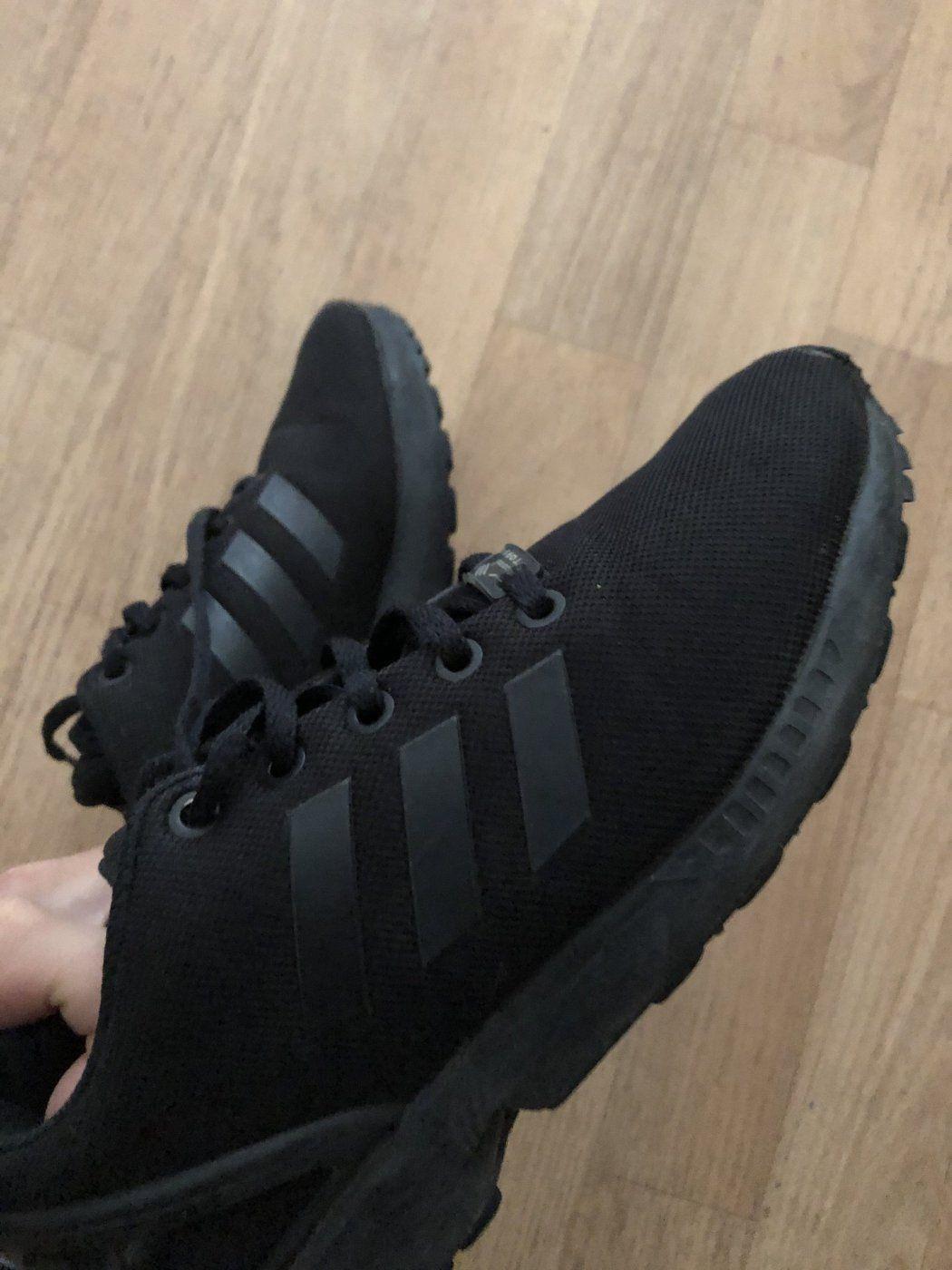 Sneaker Mit Gebrauchsspuren Aus Adidas Schnrsneaker Adidas Zx Flux In Gre 37 Und Farbe Schwarz Der Zustand Von Adi In 2020 All Black Sneakers Sneakers Black Sneaker
