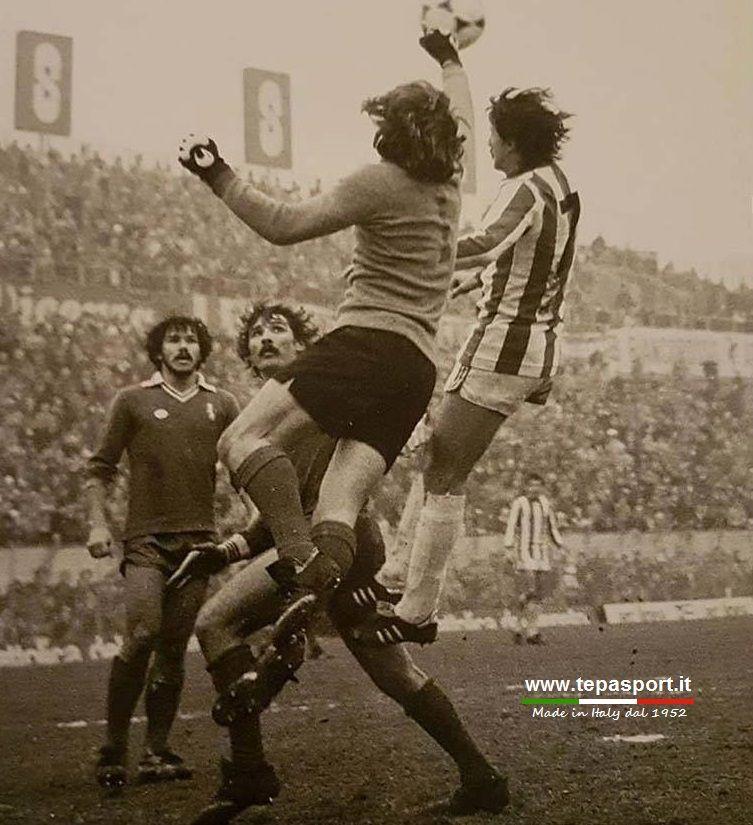 L.R. Vicenza - Brescia 0-0 Astutillo Malgioglio, di pugno, anticipa Paolo Maruzzo ...  ⚽️ C'ero anch'io ... http://www.casatepa.it/   Made in Italy dal 1952 #Brescia Calcio #Vicenza Calcio