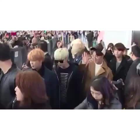 ペンの前に出るとほそくはゆんぎ、ググはナムジュンの肩に手を置いてる離れ離れにならないようにしてるのかなあ ♥ #BTS #방탄소년단