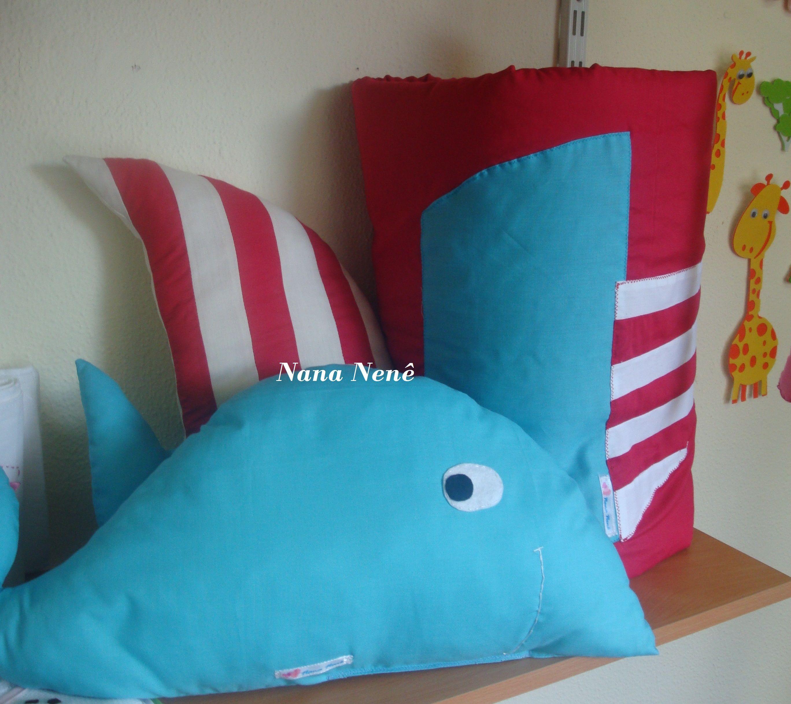 Colcha com motivo marinheiro e almofadas de baleia e barco