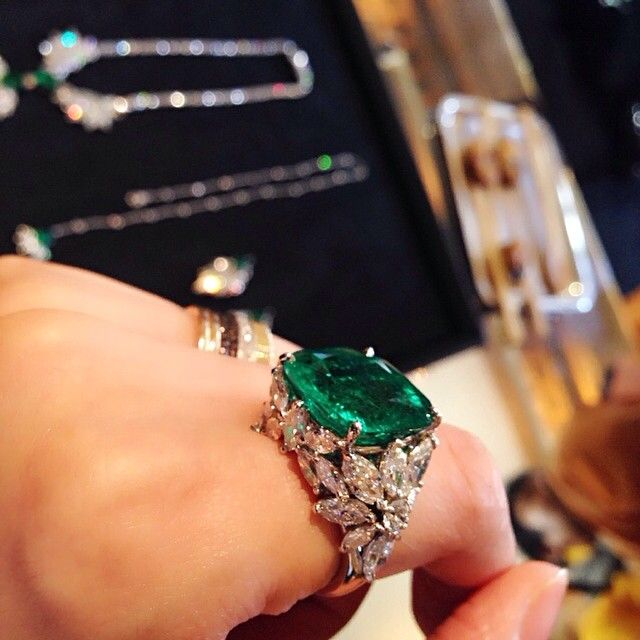 Piaget #Rose Passion high jewelry ring in white gold set with 24 diamonds and one emerald.