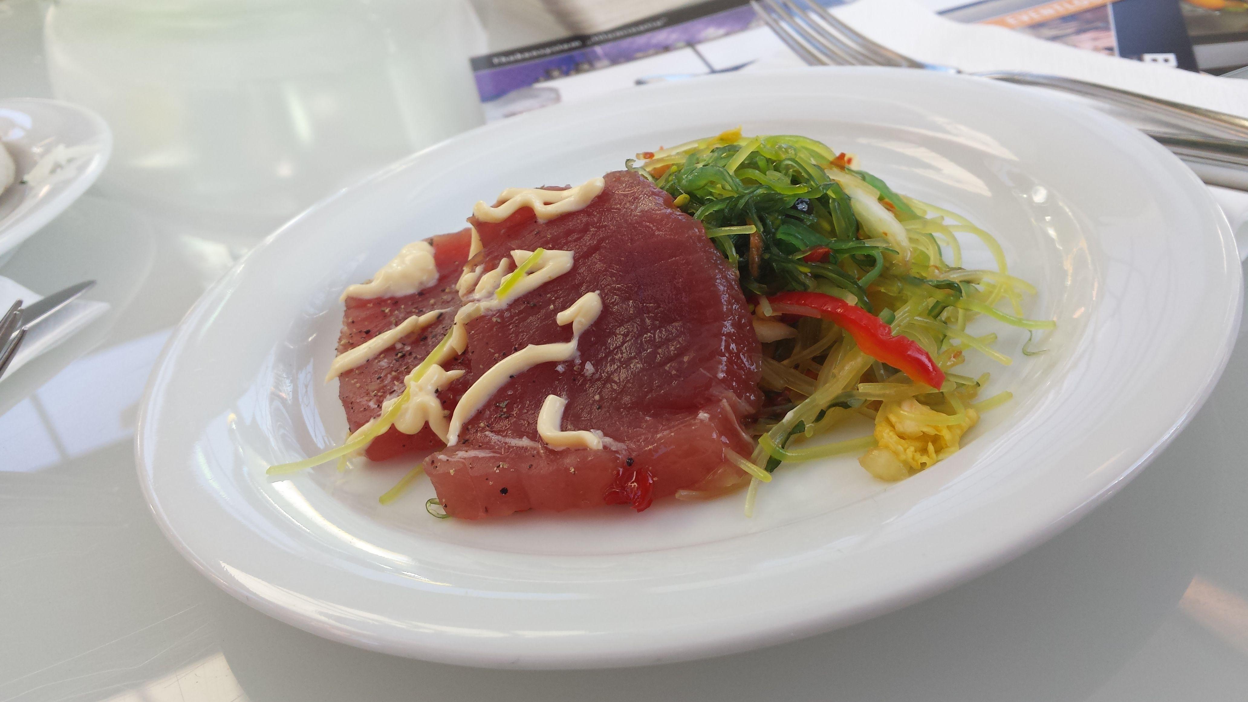 Thunfisch auf Algensalat auf der Netzwerkveranstaltung BesEssen. Ein Gedicht.