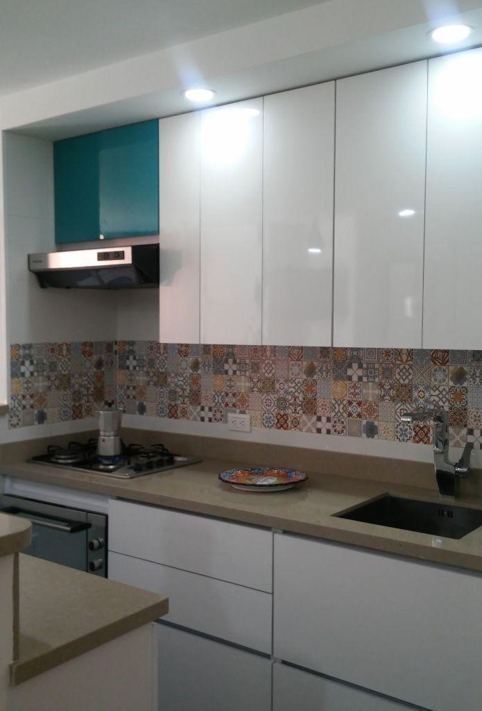 Cocina blanca, mosaico arabe en salpicadero #cocinasmodernasmadera