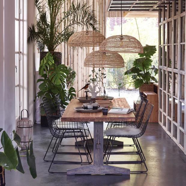 Comedor con mesa de madera y lámparas de fibra de HKLiving