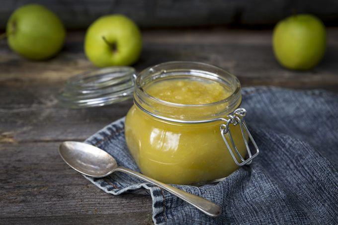 Raaa-kaas-tan omenasosetta. Omenasosetta jugutin päällä, omenasosetta lettujen kera. Omenasosetta sellaisenaan, suoraan purkista lusikoituna. Se on sellaista varsinaista lohturuokaa. Jotain hyviä muistoja lapsuudesta siihen kiteytyy: syksy ja lehtien märkä tuoksu. Kuuma kaakao. Ja isoäiti. Siksi siitä omenasoseesta niin tykkään. Ja hei, iisii, niin iisii valmistaa eli ei muuta kuin hommiin. Nyt niitä herkullisia, happamia omenoita on...Lue lisää »
