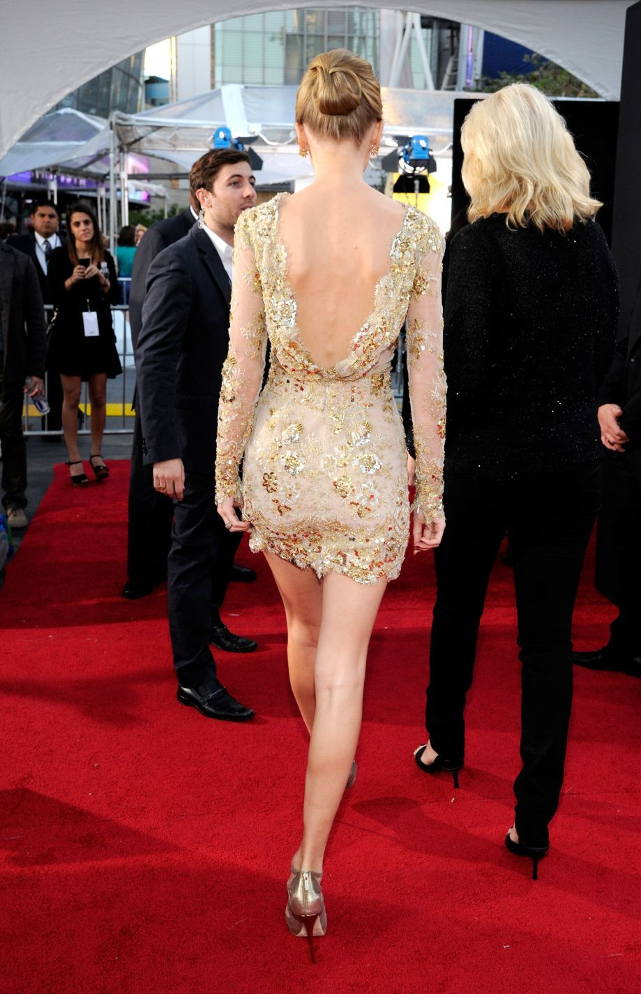 Taylor swift at american music awards wearing zuhair murad