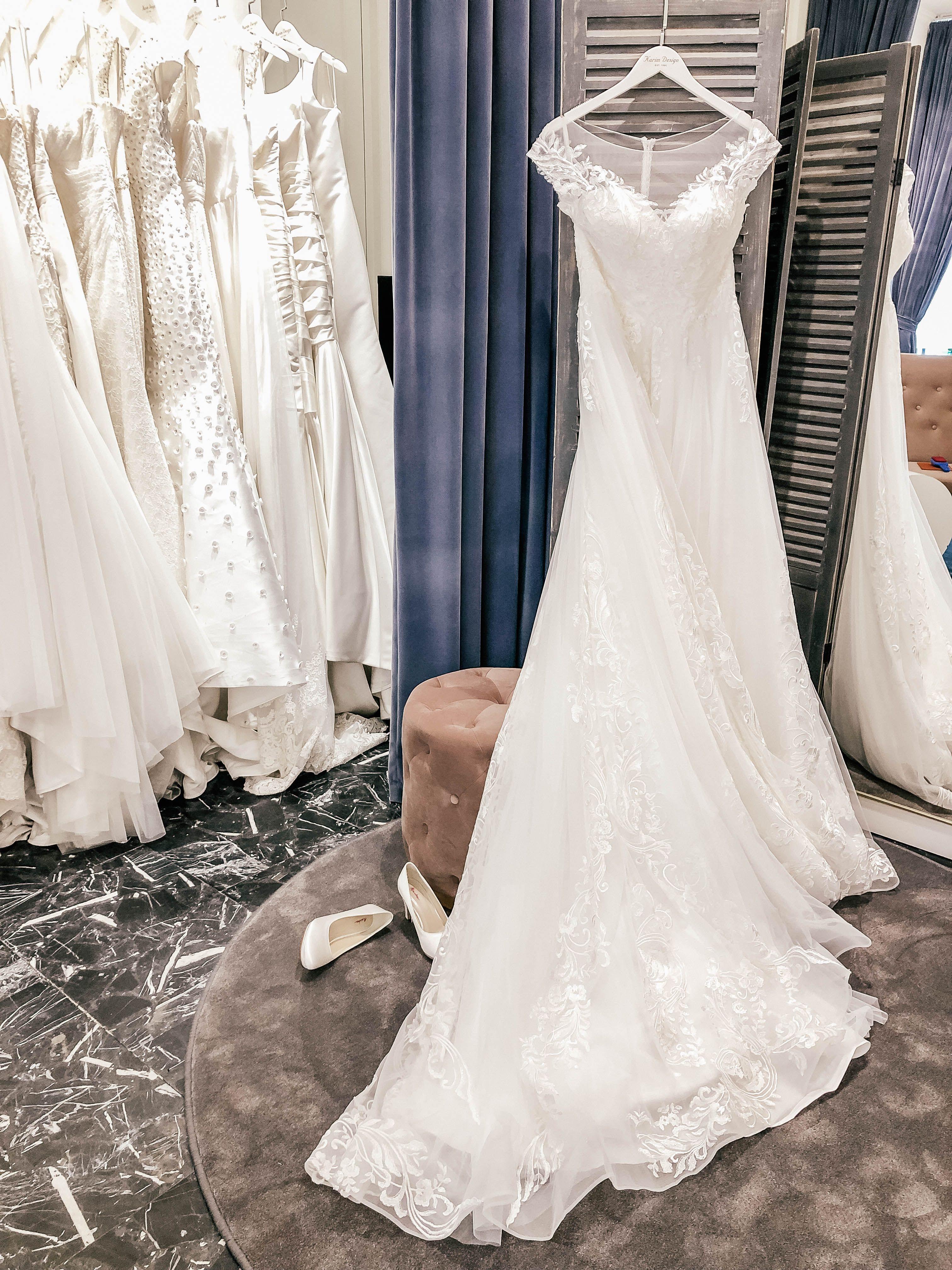 b39c6ddaddb8 Vi elsker at hjælpe vores skønne brude med at designe deres helt egne  unikke brudekjoler.