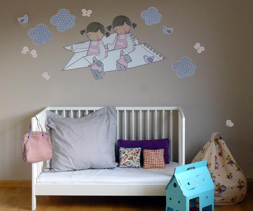 Decoración de dormitorio infantil con vinilos.