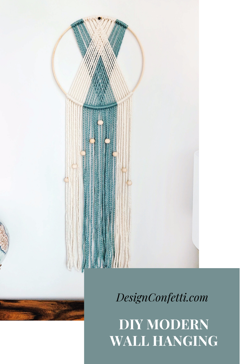 A DIY modern reversible, yarn wall hanging that you can complete in one hour.  #wallhanging #diy #diyhomedecor #modernmacrame #yarnwallhanging #affordabledecor