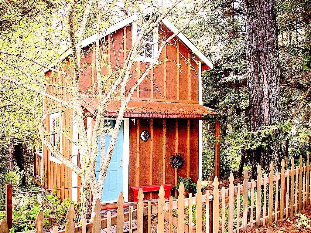 From Hobbit Huts to Yurts, 12 Tiny House Vacation Rentals ...