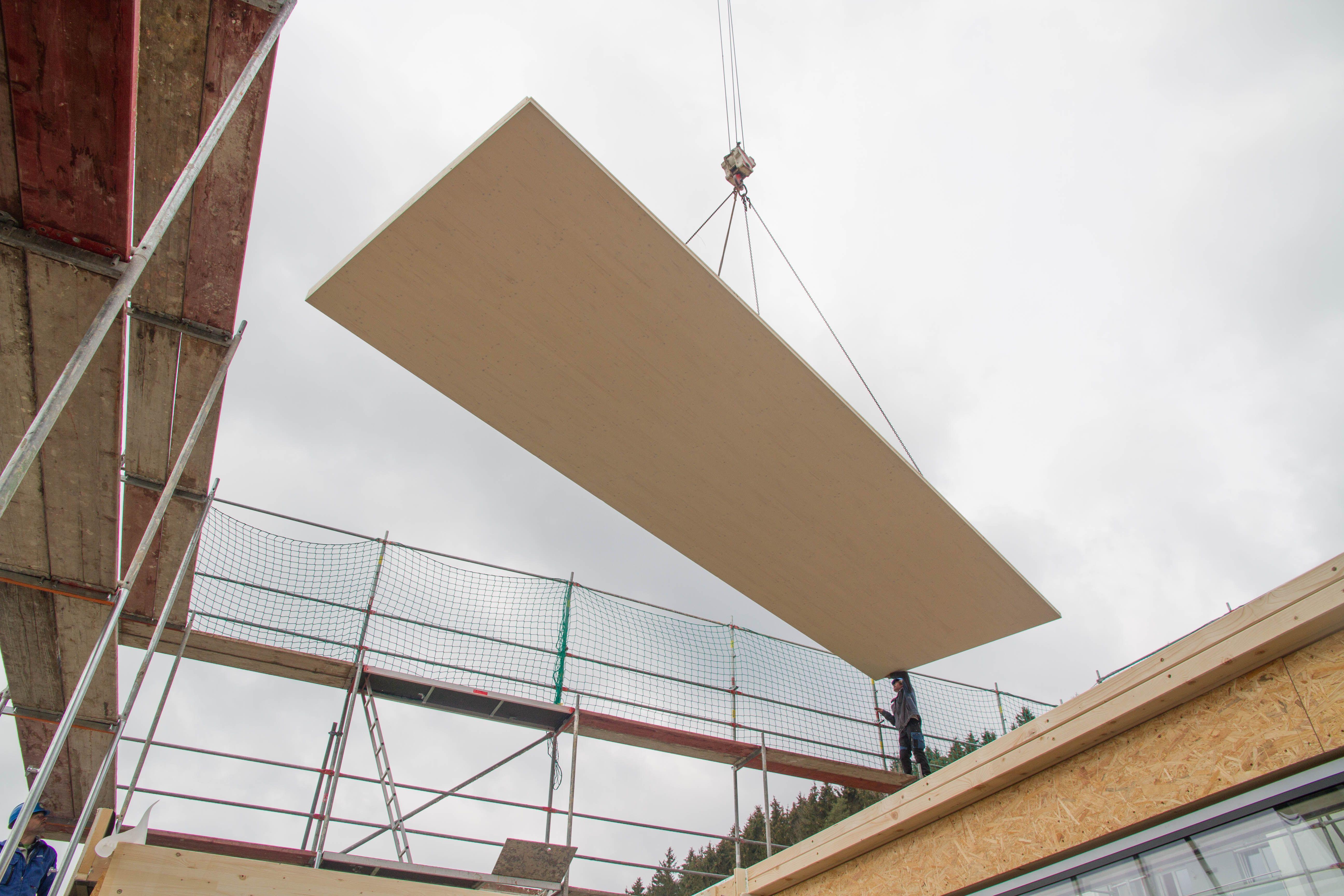 Montage Einer Massivholzdecke In Sichtqualitat Holzdecke Holzbau