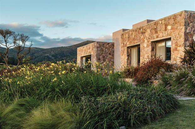 Dise o simple en una casa con vista a las sierras for Casa con piscina quebrada alvarado