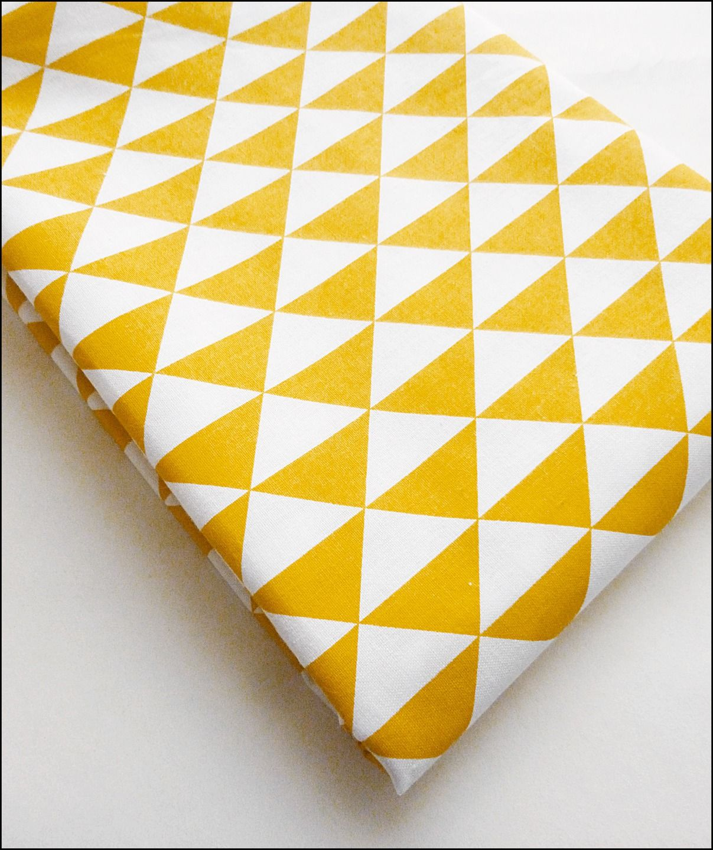 tissu au m tre coton imprim triangles jaune moutarde tendance vintage scandinave tissus. Black Bedroom Furniture Sets. Home Design Ideas