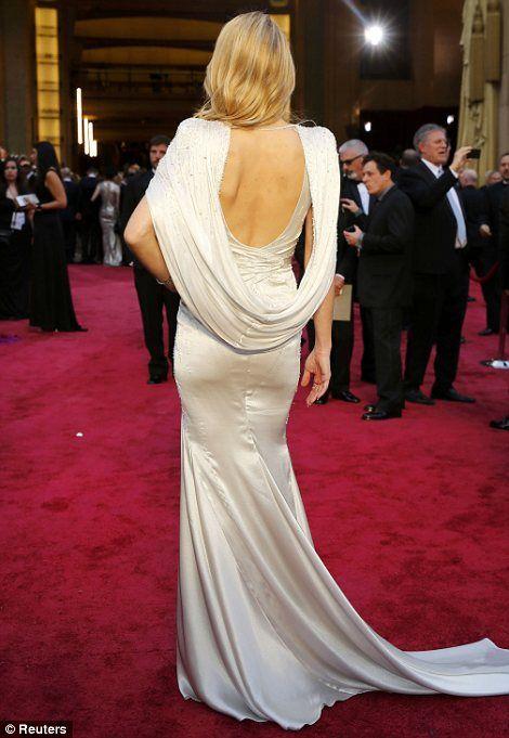 Todo Salida del glam: cabo de hombros Versace de Kate Hudson fue una de las anfitrionas miradas de alta calificación.  La actriz hace un escote como nadie más