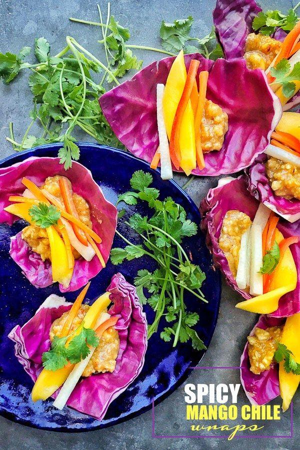 Ein meist roh, völlig vegan Rezept, das unglaublich befriedigend ist.  Finden Sie das Rezept für diese Spicy Mango Chile Wraps auf Shutterbean.com!