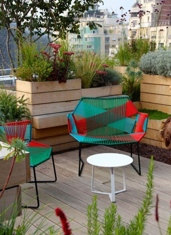 Terrasse Gestalten Hochbeete Holz Blumen Grüne Pflanzen Stühle Aus Metall