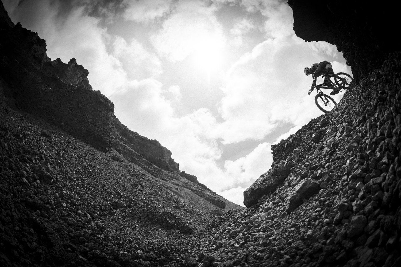 Caprichosas formas volcánicas pasarán a tu lado, cuevas, playas y costas que parecen sacadas de una postal te harán soñar con surfear junto a tu bici este increíble paraíso de roca.