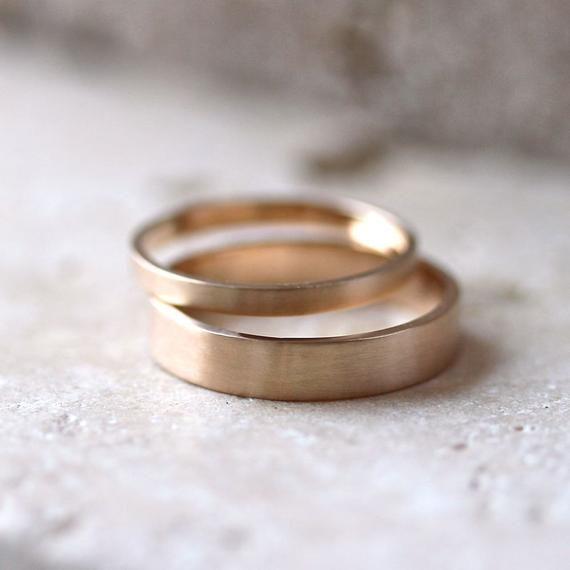 Gold Ehering Set, sein und recyceln ihn 4 mm und 2 mm gebürstet flach 14k Gelbgold Ehering Set Goldringe – Made in Your Sizes