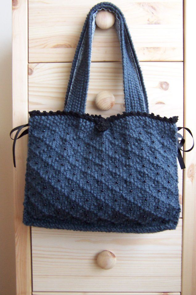 Cute little knitted bag, free pattern: http://knitwise.typepad.com ...
