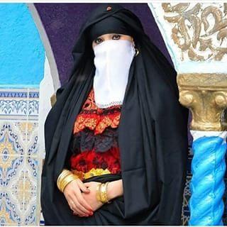 الملاية السوداء التي تعرف به منطقة الشرق وبالخصوص قسنطينة هو عبارة عن قطعة قماش تلف بها المرأة الجزائرية القسنط Traditional Outfits Clothes Traditional Dresses