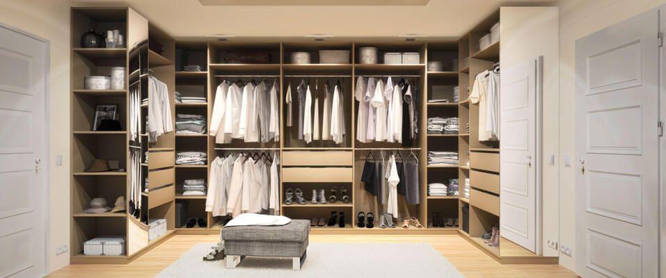 Pin Von Morgan Holmes Auf Bedrooms Schrage Wande Begehbarer Schrank Begehbarer Kleiderschrank
