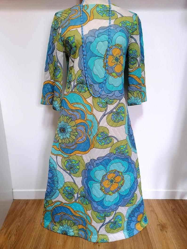 Robe 1970s Incroyable Robe So Seventies Matelassee A Fleurs Bleues Vert Jaune Psychedelique Des Annees 70 1970 70s Kitch In 2020 Seventies 1970s Robe