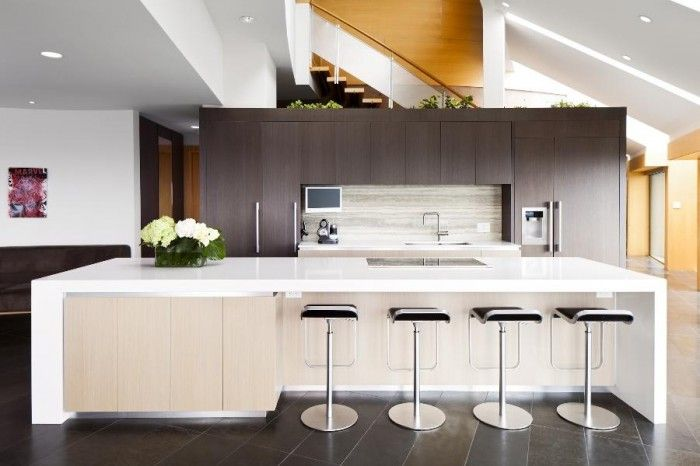Cocina moderna, con placa de inducción, encimera y barra de mármol ...