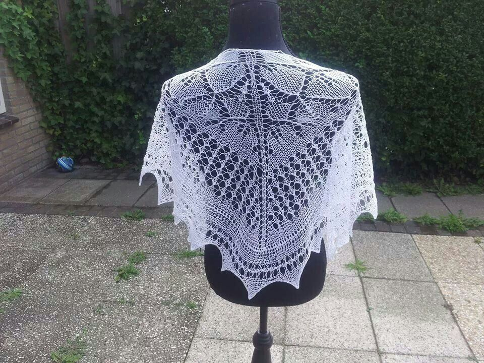 Beautiful lace knitted scarf. Pattern in Dutch