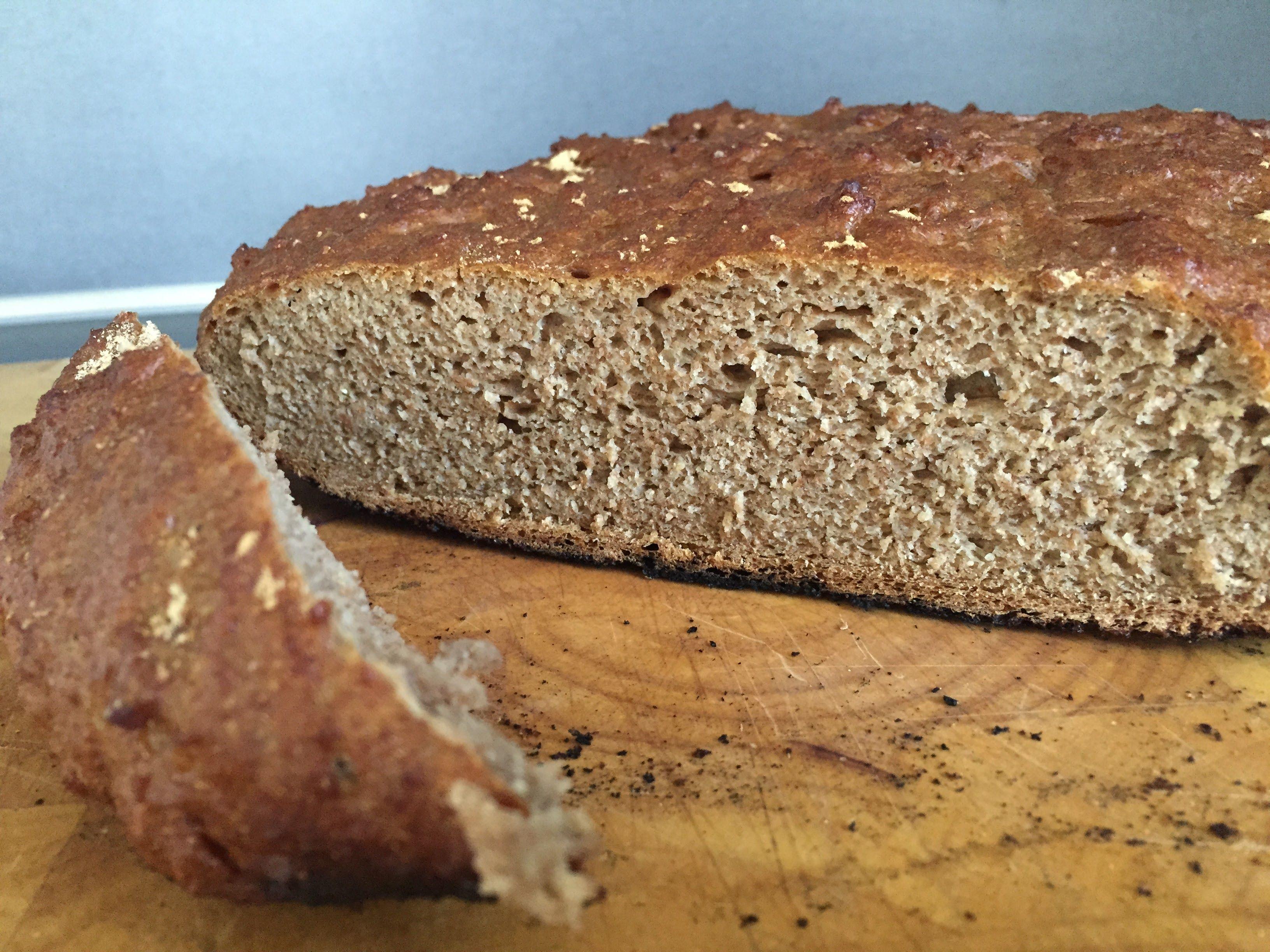 Vollkornbrot aus dem Dutch Oven ist schnell gemacht und schmeckt einfach lecker. Ihr könnt auch Trockenfrüchte wie Backpflaumen mit in den Teig geben.