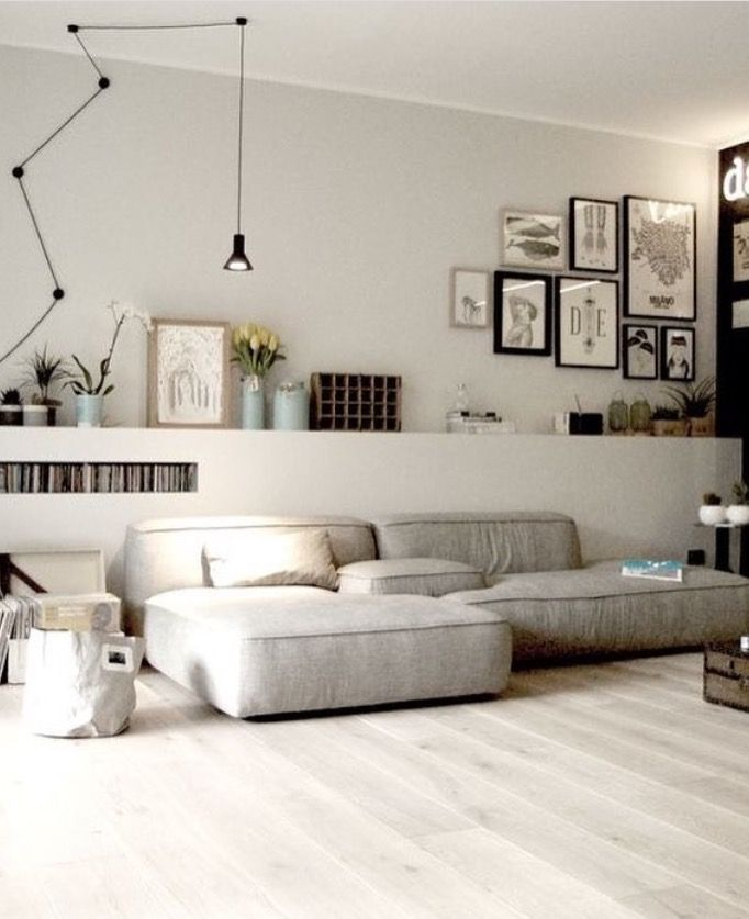 gezellig rommelig en zeer chill vriendelijke woonkamer in wit ...