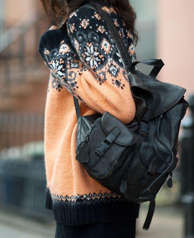 Der schwarze #Rucksack passt ideal zur Farbe des Pullis. Eine Farbkombination, die man gleich selbst testen möchte.