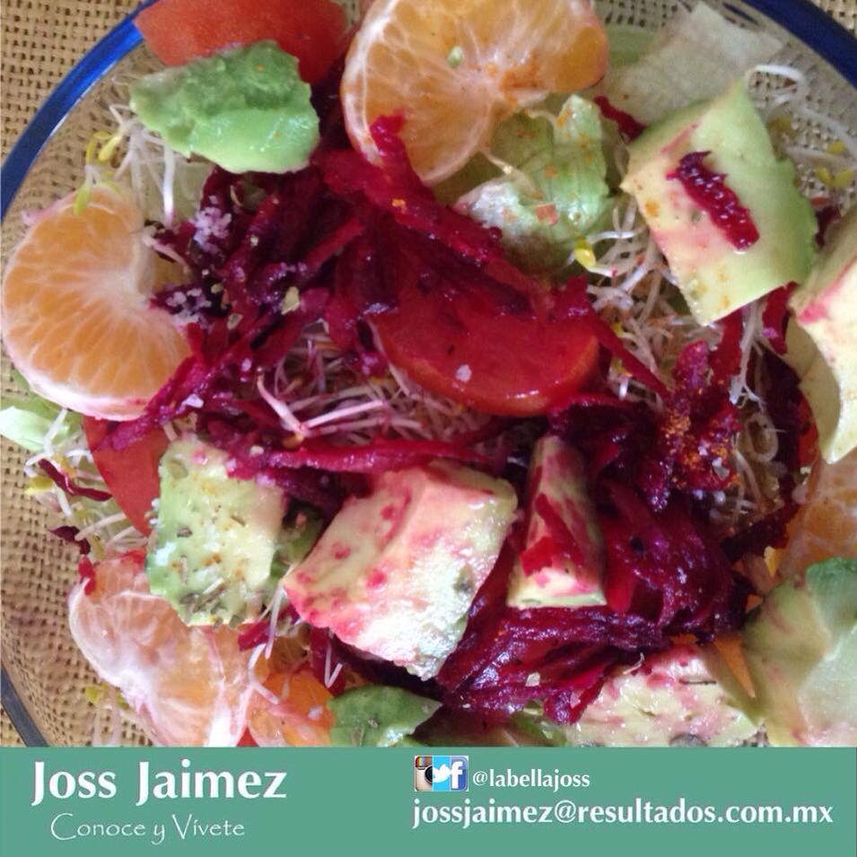Es tan fresca y deliciosa!  Lechuga, germen de alfalfa y de lenteja, jitomate, aguacate, betabel rallado, zanahoria rallada, mandarina y a disfrutar!