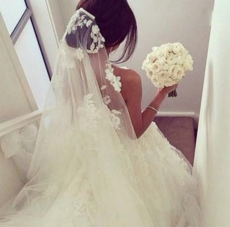 Фото в свадебном платье сзади