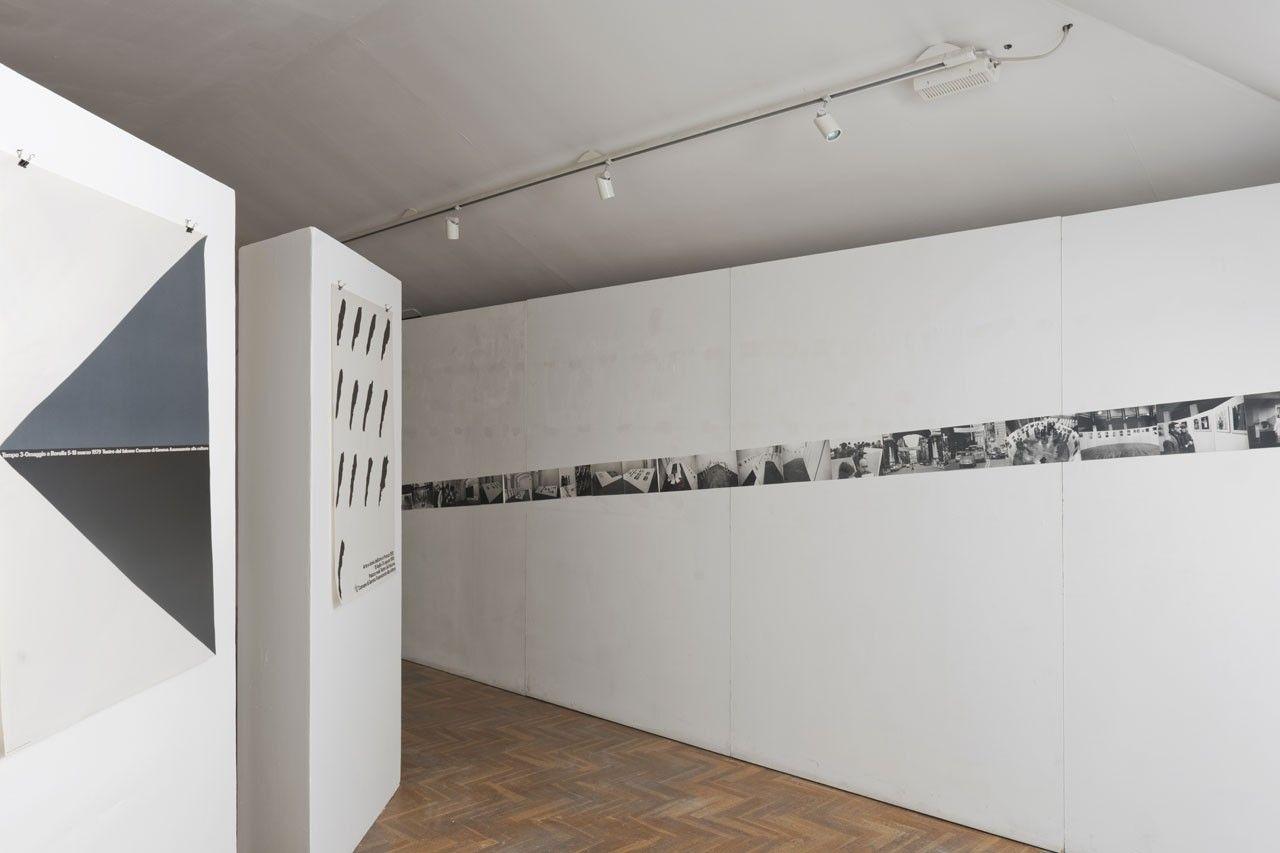La mostra, pensata espressamente per il museo di Villa Croce, esplora la ricerca di AG Fronzoni, con particolare interesse per la sua attività a Genova, sia in ambito pubblico che privato.