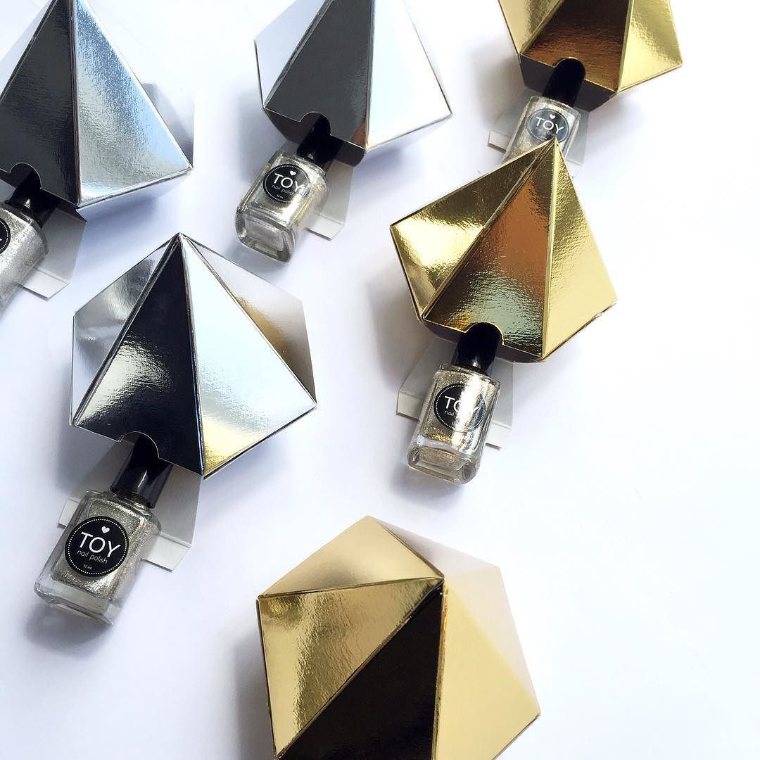 Lined up and ready to become your perfect x-mas present!!! // Un regalito perfecto para cada gusto en la puerta de tu casa!! LINK en la BIO para hacer tu pedido! #toystyle #sparklingedition #silversparkles #goldensparkles #nailpolish #diamond