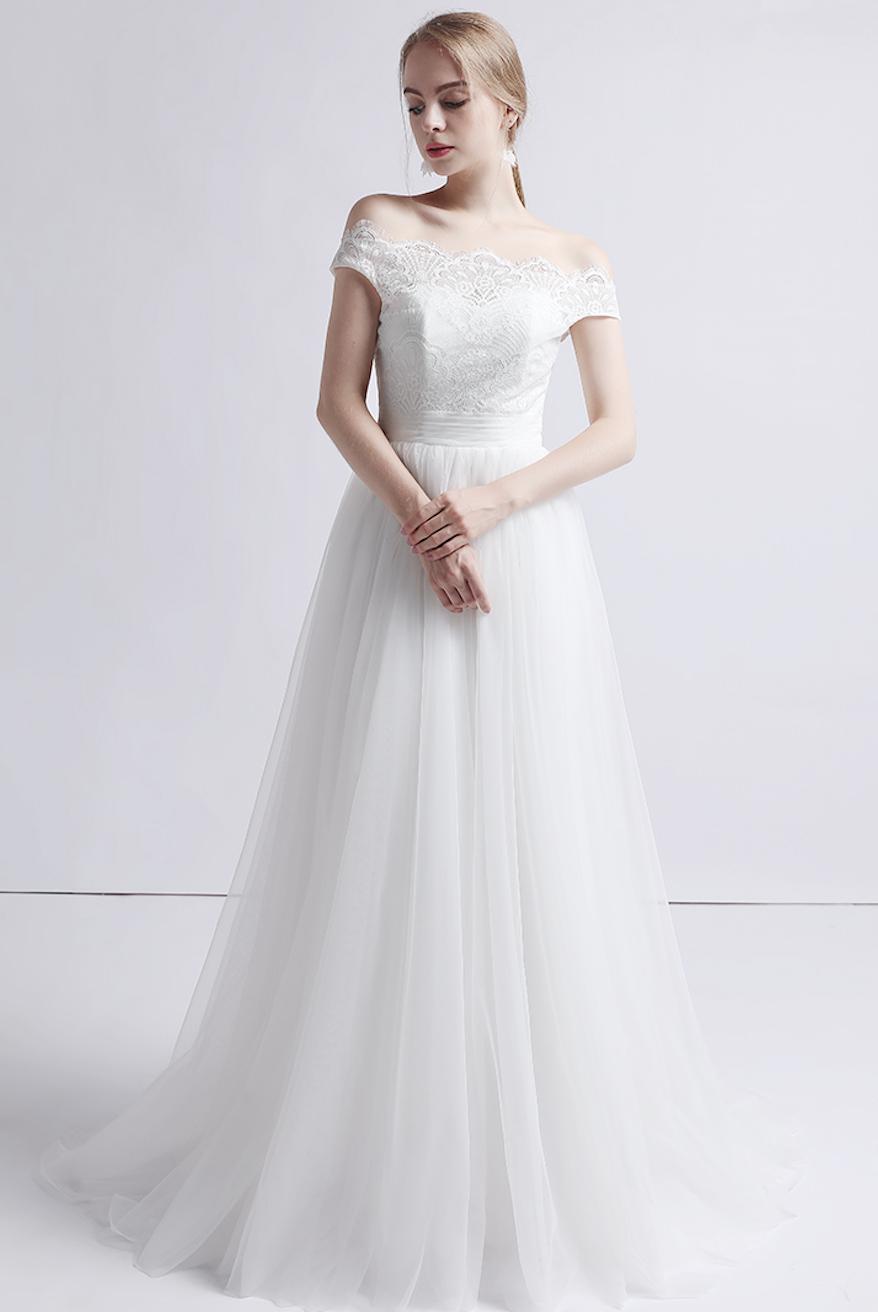 Klassisches Brautkleid mit Carmenausschnitt und feiner Spitze in