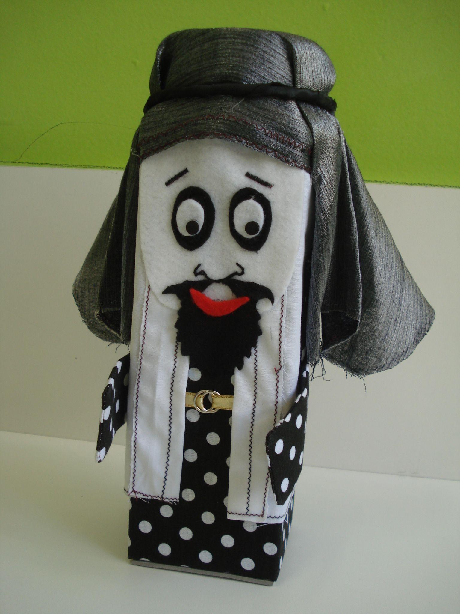 Personagem de caixa de leite, tecido e bordados, feito para a história do Filho Pródigo: Lucas 15: 11-32