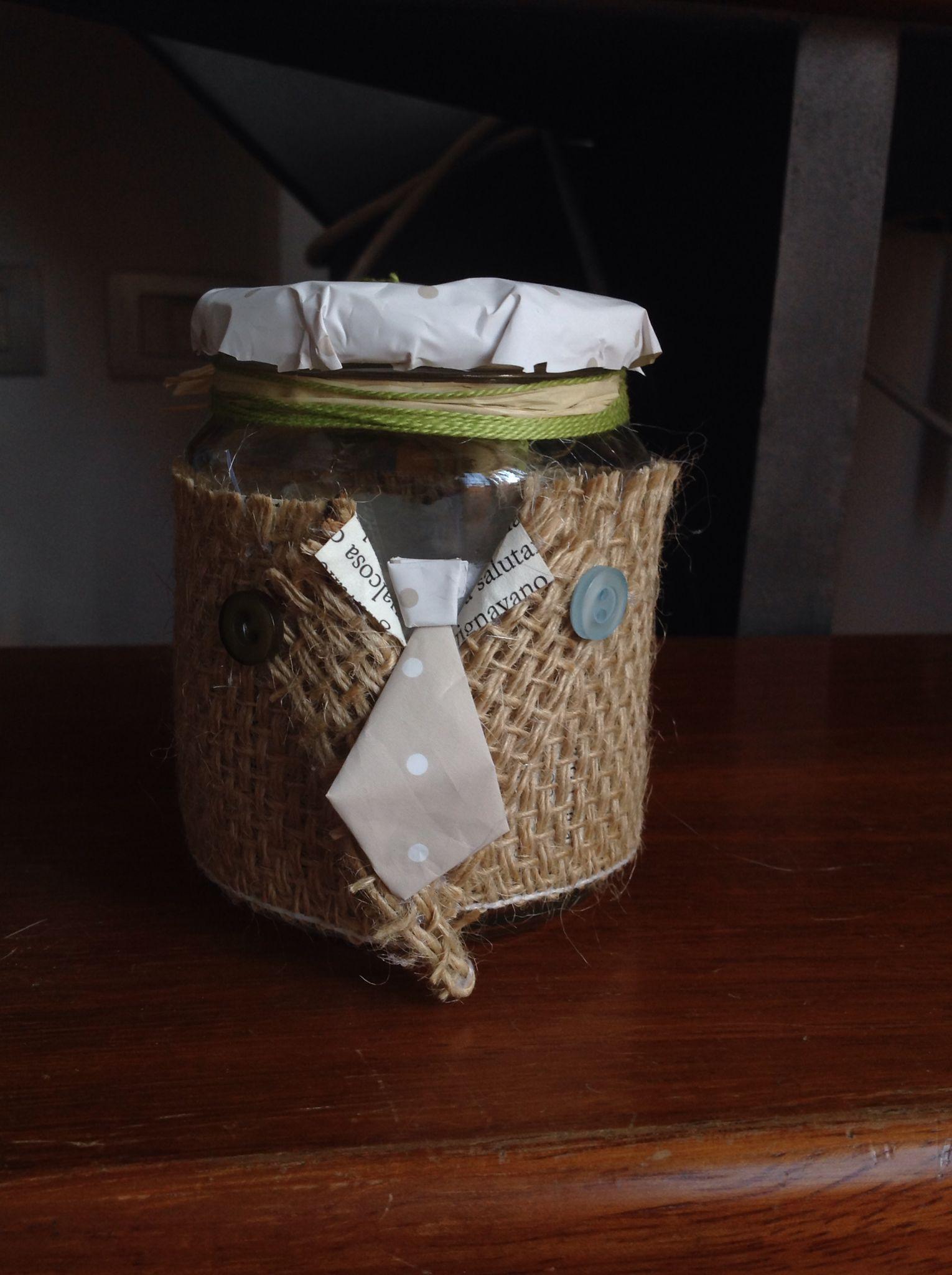 Qui ho usato anche le pagine di un libro e carta da regalo a pois... Poi questi barattoli possono essere usati per mettere una candelina profumata o qualche oggettini che abbiamo intenzione di regalare