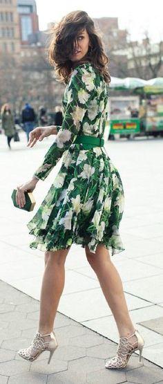 calle del estilo del resorte |  Vestido estampado verde.  Vía