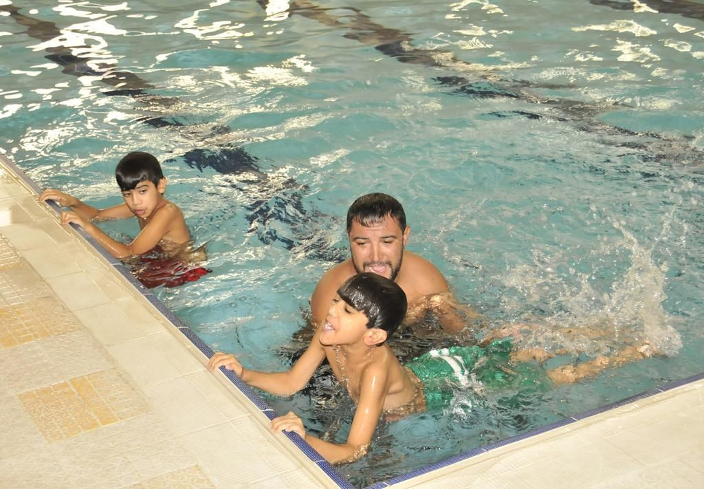 الأطفال يتدربون على أساسيات السباحة في البرنامج الصيفي صيفي مراكز الأطفال الصيف Summer Outdoor Outdoor Decor Hot Tub