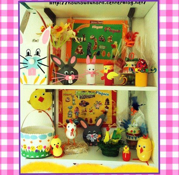 Exposition des créations de Pâques sur les étagères