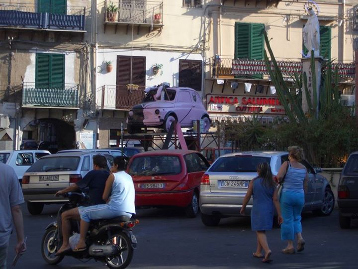 #Palermo has a great football team and lots of fans. This how they celebrate their team after a big winning: everything might bare their colors even an ...innocent #Fiat500 :-)