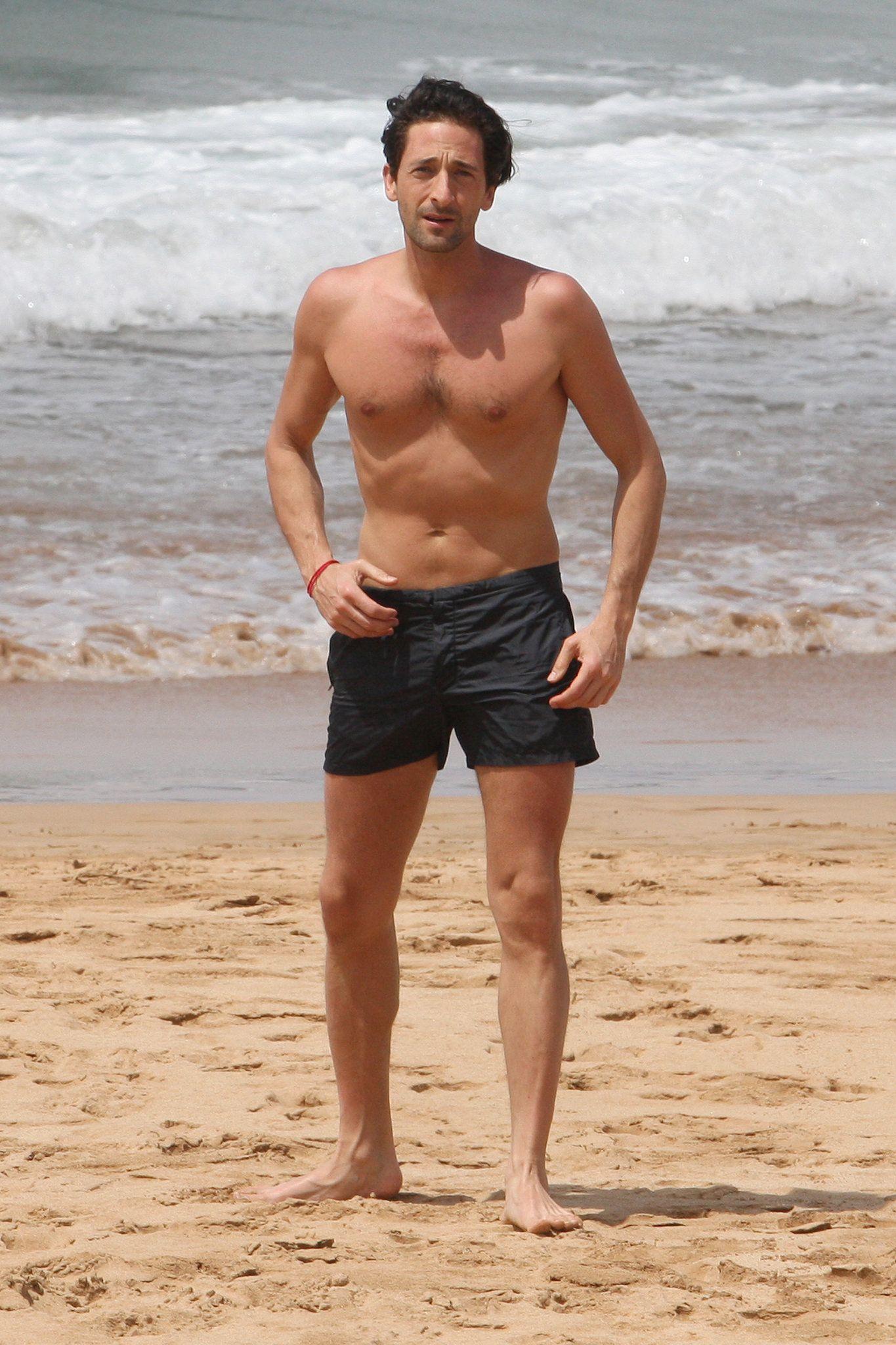Жара! Звездные красавцы на пляже | WMJ.ru | 2048x1365